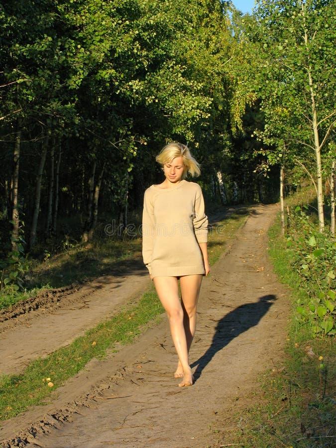 Download Het Wolking Van Het Meisje Langs Bos Roud Stock Afbeelding - Afbeelding bestaande uit benen, groen: 297141