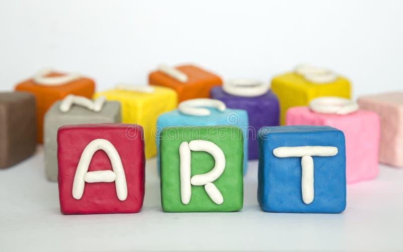 Het woord 'kunst 'op klei kleurrijke blokken stock afbeelding