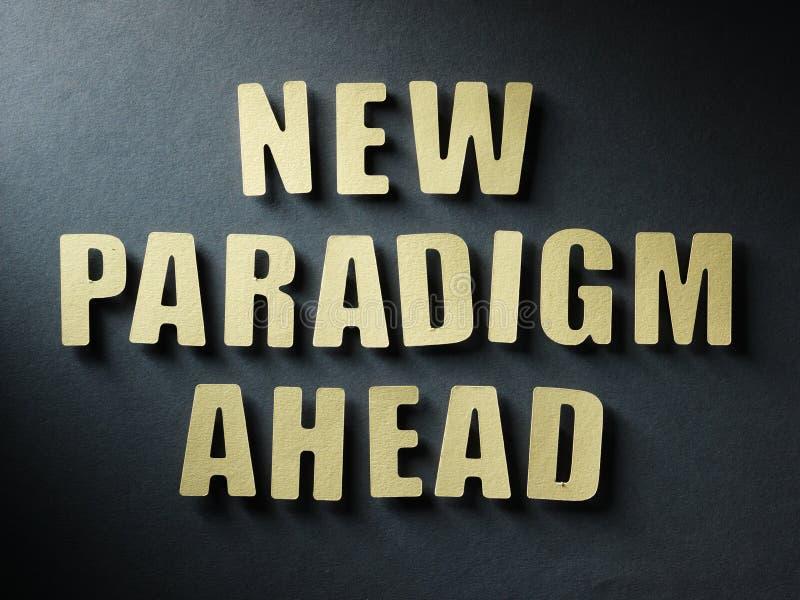 Het woord Nieuwe Paradigma vooruit op document achtergrond royalty-vrije stock afbeeldingen
