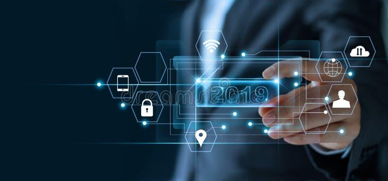 Het woord nummer 2019 van de zakenmanholding met de verbinding van het pictogramnetwerk stock afbeeldingen