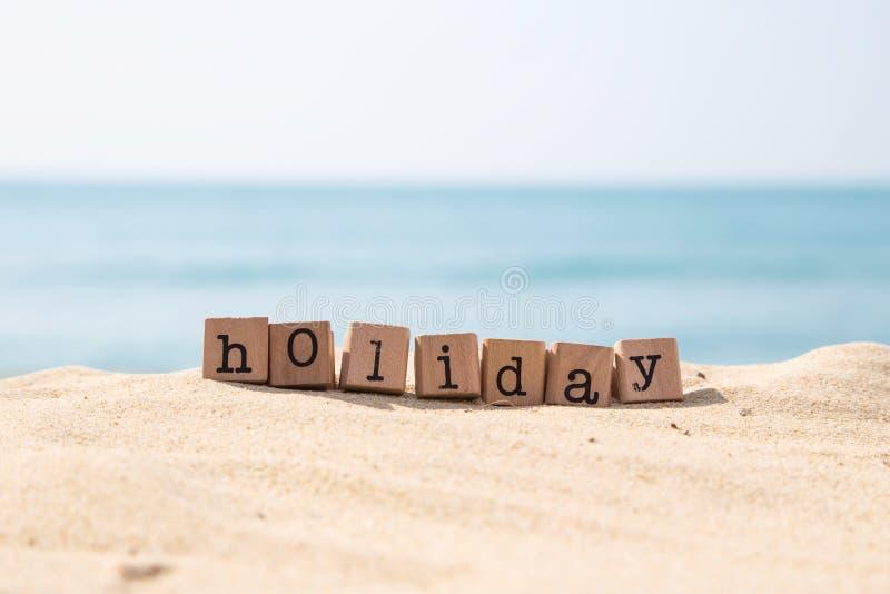 Het woord van het vakantieseizoen met zonnig strand en oceaanachtergrond royalty-vrije stock foto