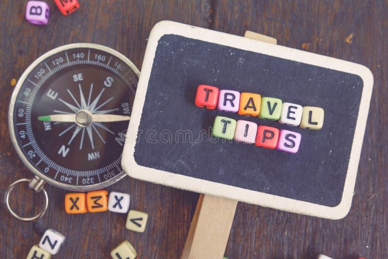 Het woordblok van REISuiteinden op houten signage en kompas langzaam verdwenen effect kleur stock fotografie