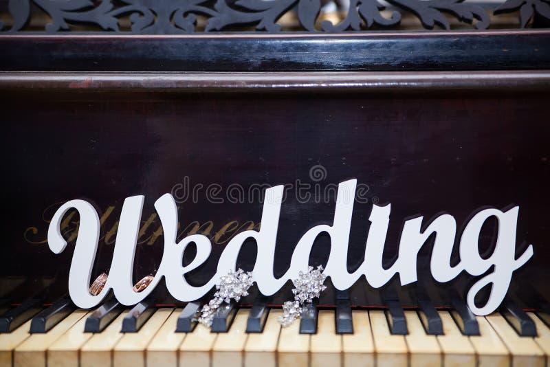 Het woordhuwelijk op de piano stock foto