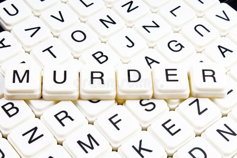 Het woordkruiswoordraadsel van de moordtekst De alfabetbrief blokkeert de achtergrond van de speltextuur Witte alfabetische kubus stock foto's