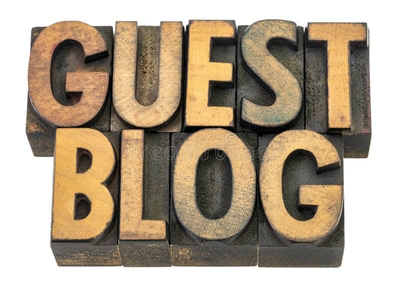 Het woordsamenvatting van de gastblog in houten type stock fotografie