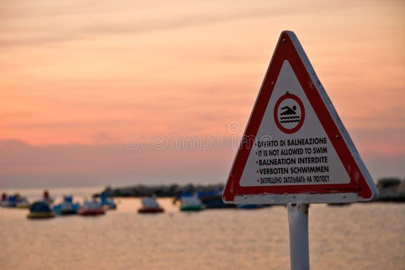 Het wordt niet toegestaan om te zwemmen royalty-vrije stock afbeeldingen