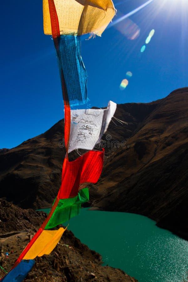Het Yamdrok-Meer van Tibet met gebedvlaggen stock foto