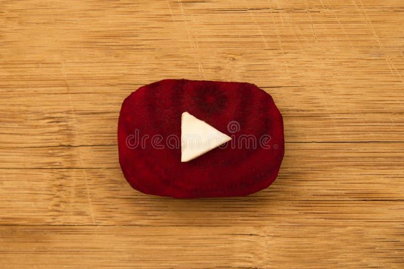 Het Youtubeembleem maakte van stukken van bieten en kool op de houten achtergrond, hoogste mening stock fotografie