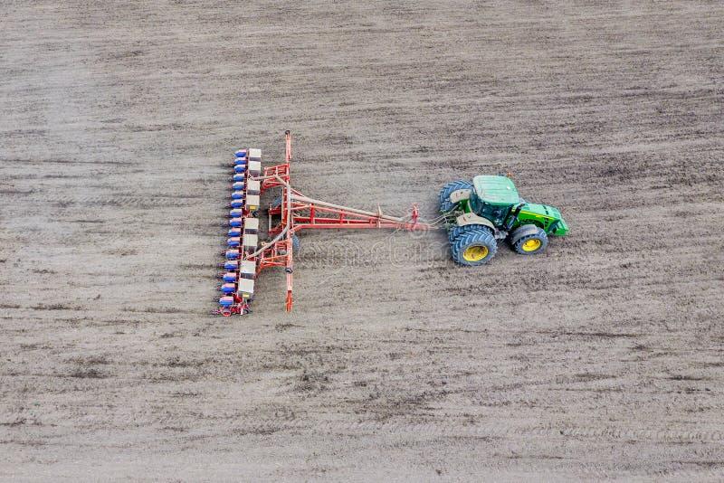 Het zaaien van graan Tractor met een zaaimachine op het gebied royalty-vrije stock foto's