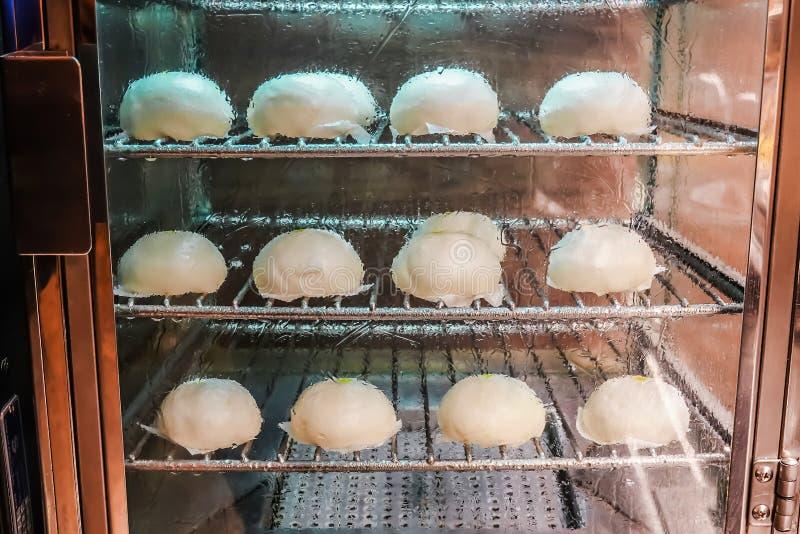 Het zachte broodje van het nadruk Chinese varkensvlees of gestoomde bol in stoomkabinet het verwarmen voor verkoop klaar om in mi stock afbeelding