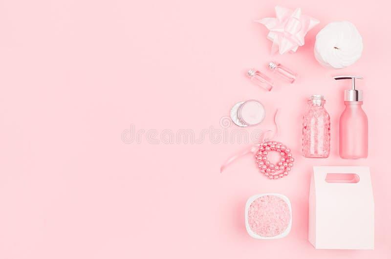 Het zachte zachte roze schoonheidsmiddel plaatste voor lichaam en vilt zorg, make-up - room, zeep, etherische olie, katoenen stoo royalty-vrije stock afbeeldingen