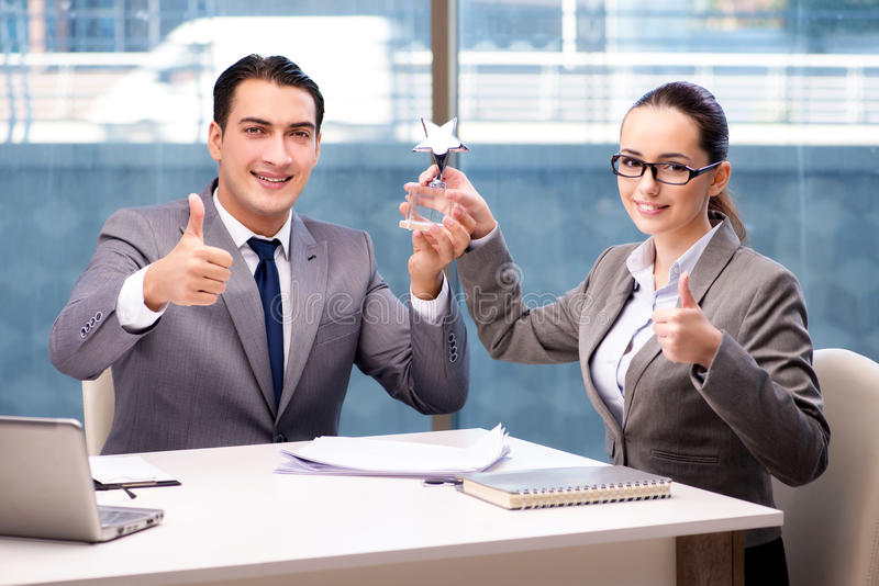 Het zakenlui die toekenningsprijs in bureau ontvangen stock foto