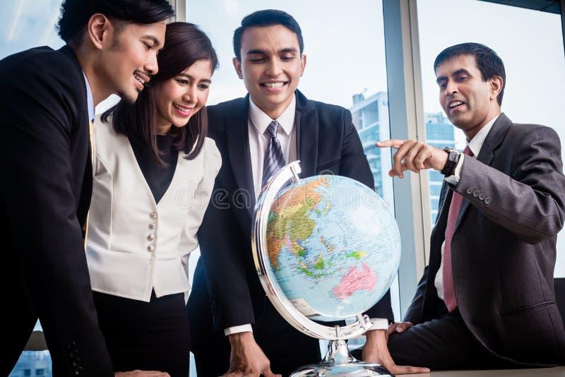 Het zakenlui spreekt over globale strategie royalty-vrije stock afbeeldingen