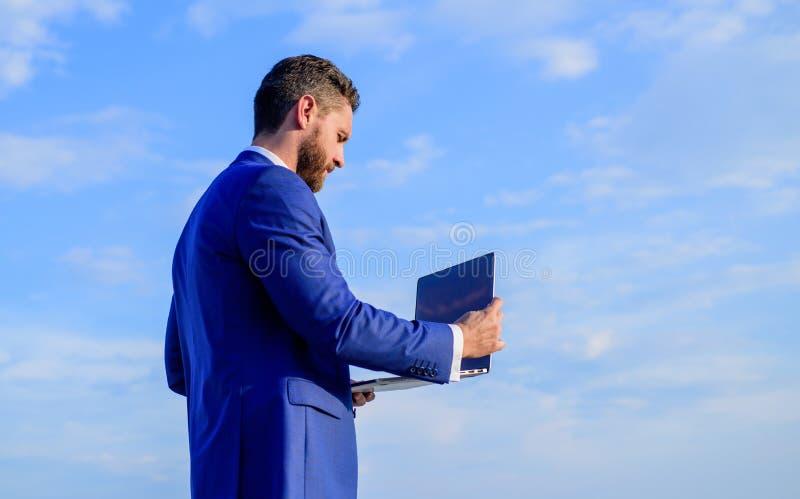 Het zakenmanwerk met laptop exemplaarruimte Prettige werkdag in openlucht De zonnige grote kans van de de zomerdag buiten te werk stock foto