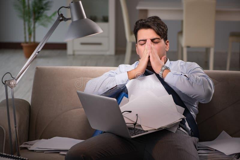 Het zakenmanwerkverslaafde die laat thuis werken royalty-vrije stock foto