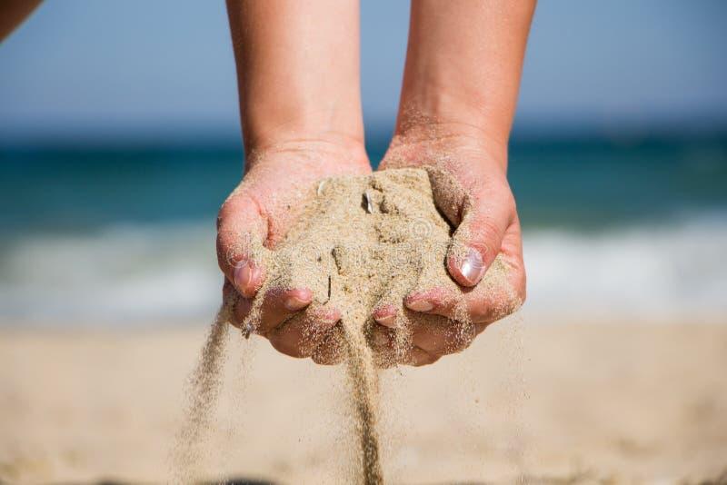 Het zand van de handholding royalty-vrije stock foto's