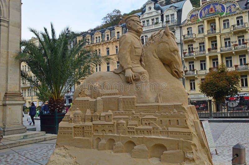 Het zandbeeldhouwwerk buiten de Molencolonnade, Karlovy varieert royalty-vrije stock foto