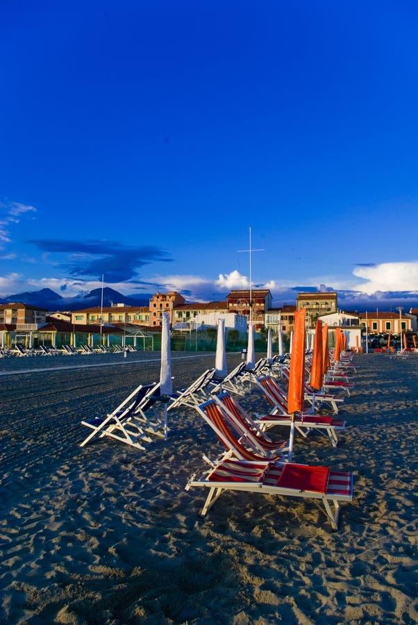 Het zandige strand van Viareggio, stock afbeelding