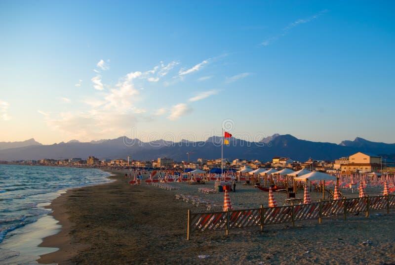 Het zandige strand van Viareggio, stock foto's