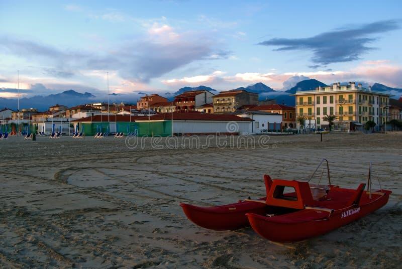 Het zandige strand van Viareggio royalty-vrije stock fotografie