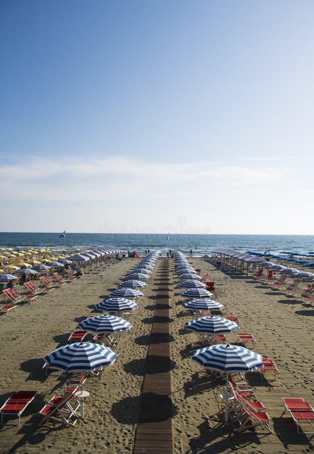 Het zandige strand van Viareggio, Tusca stock fotografie