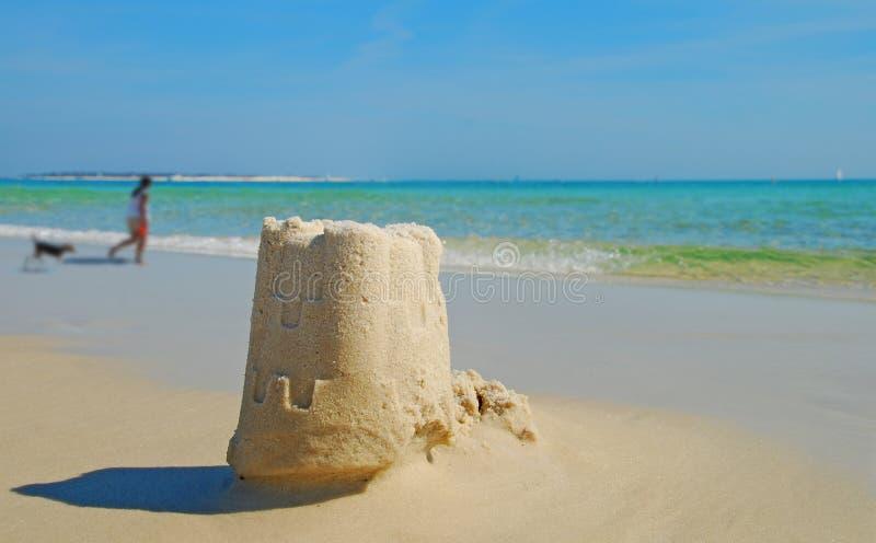 Het Zandkasteel en de Hond van het strand stock afbeeldingen