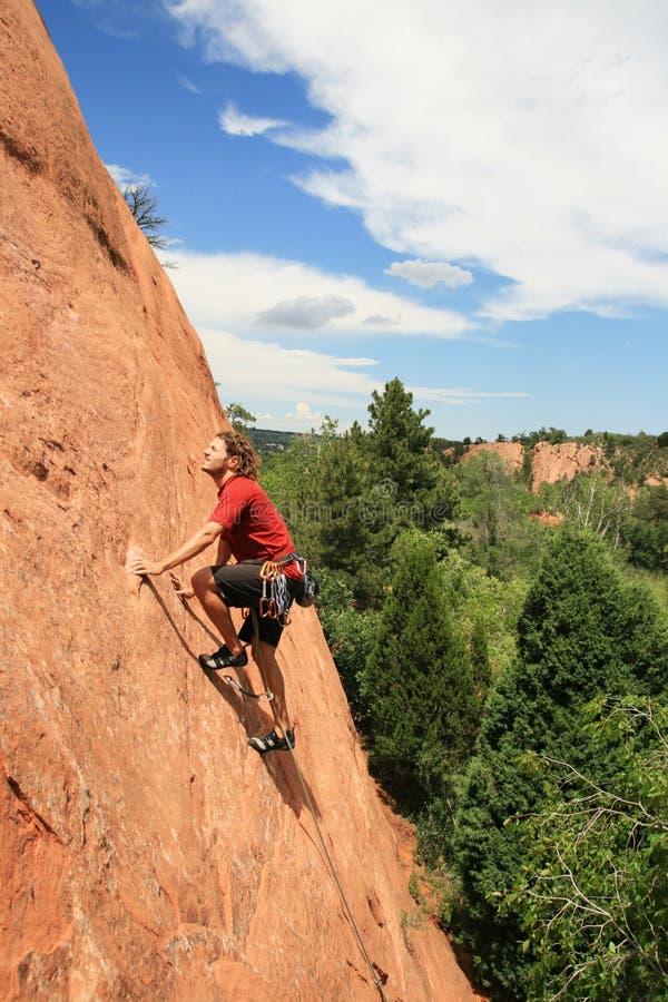 Het zandsteen van de mens bergbeklimming royalty-vrije stock fotografie