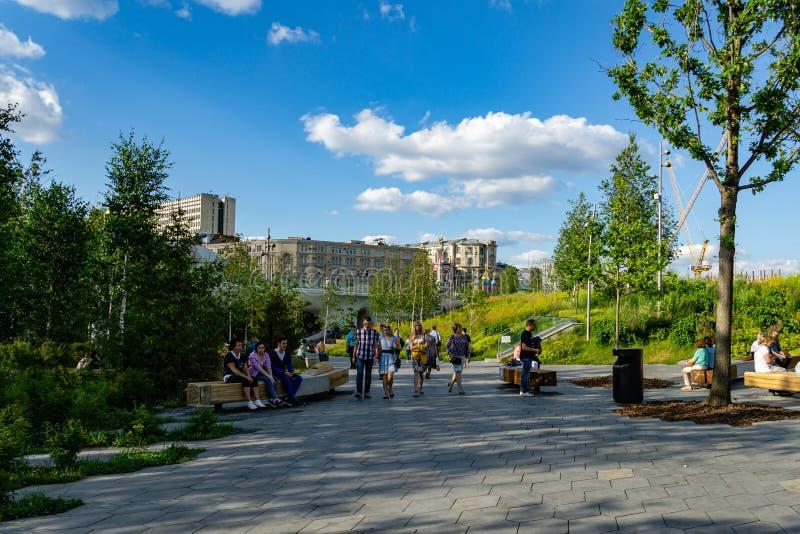 Het Zaryadyepark is toeristische attractie van Moskou dichtbij het Kremlin Vele mensen komen hier met hun families ontspannen stock foto