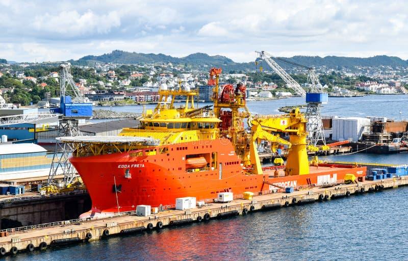 Het zeebouwschip OCV EDDA FREYA van het bedrijf DeepOcean is in een droogdok van een scheepswerf in Haugesund in Noorwegen stock afbeelding