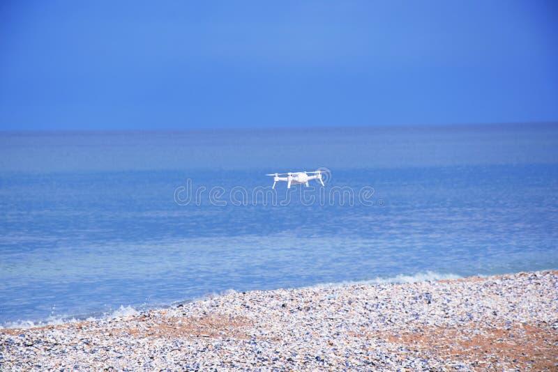 Het Zeegezicht Blauwe Overzeese van de hommel Vliegende Camera Landschaps Kleurrijke Achtergrondvoorraadfoto royalty-vrije stock afbeelding