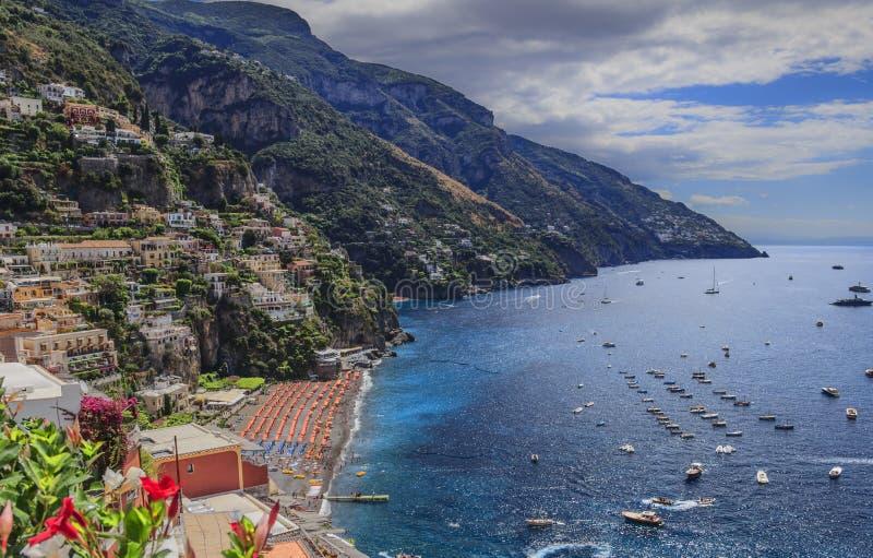 Het zeegezicht van de zomer Amalfi kust: Positanostrand: de horizon van de stad Italië Campania stock foto's