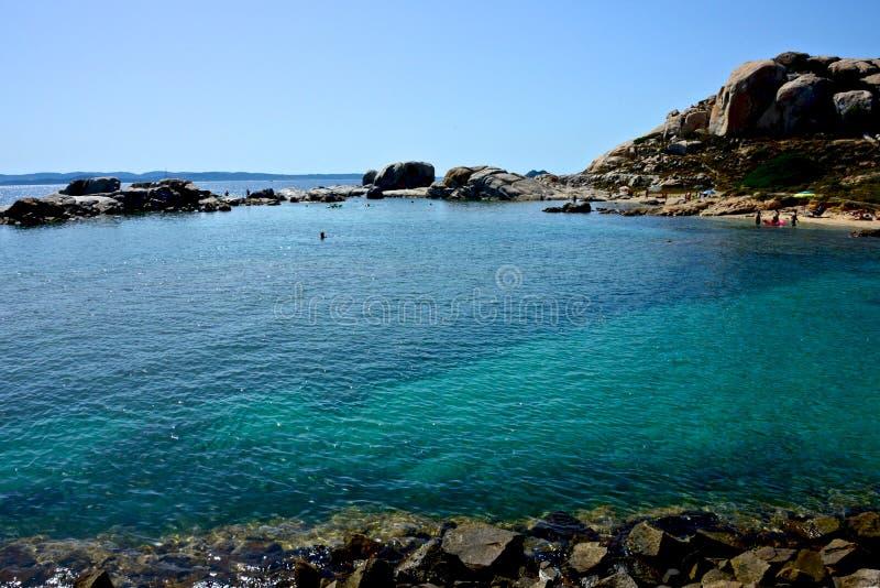 Het zeegezicht van La Maddalena met blauwe overzees, rotsvorming stock foto