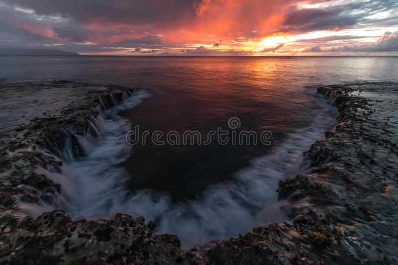 Het Zeegezichtzonsondergang van Hawaï, oranje hemel, landschap stock foto's