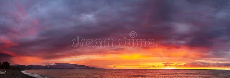 Het zeelandschap van Panorama met een zonsondergang stock foto's