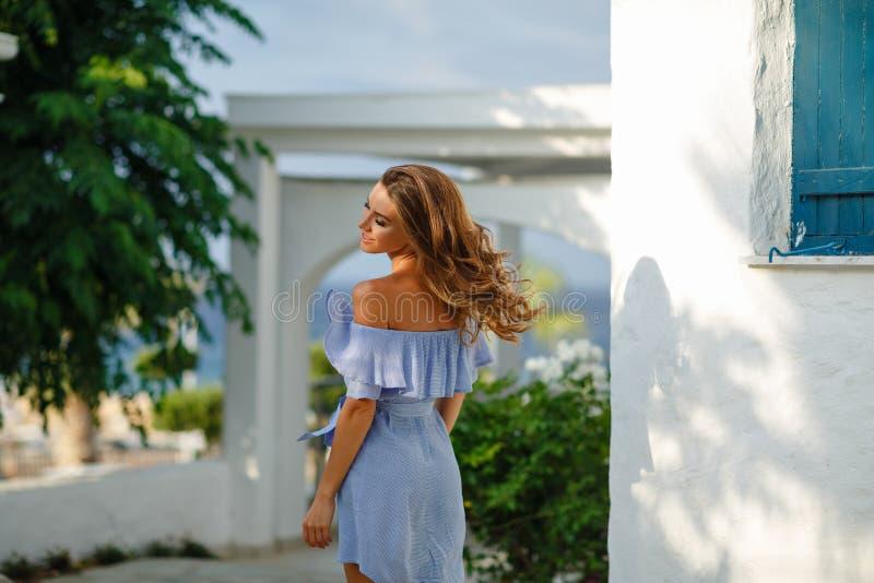 Het zeer mooie sensuele en sexy meisje in een blauwe kleding wervelt in t stock foto