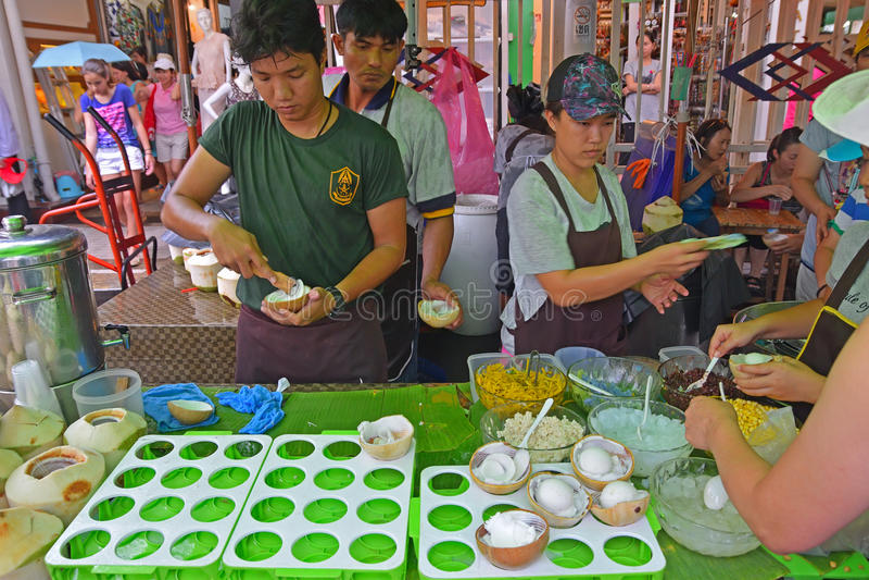 Het zeer populaire Kokosnotenroomijs bij Chatuchak-Weekendmarkt stock afbeelding