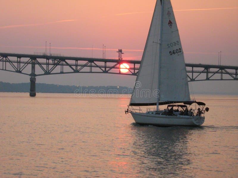 Het Zeil van de zonsondergang stock afbeelding