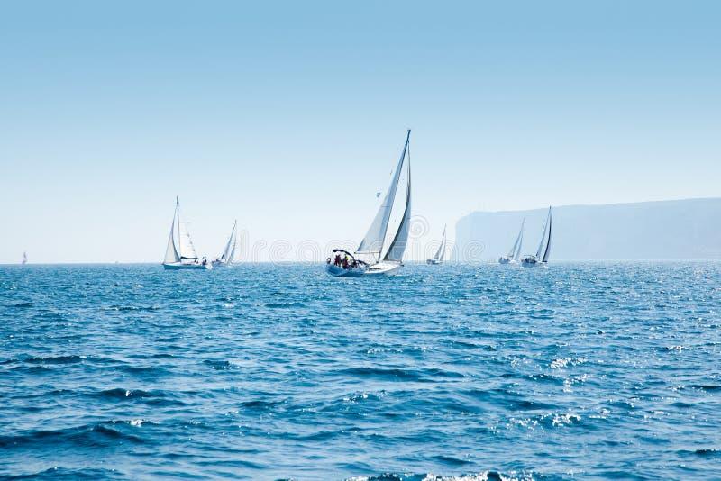 Het zeilregatta van boten met zeilboten in Middellandse-Zeegebied stock afbeeldingen