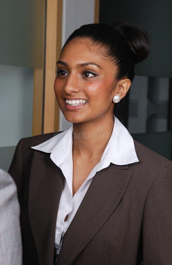 Het zekere Aziatische bedrijfsvrouw glimlachen stock foto