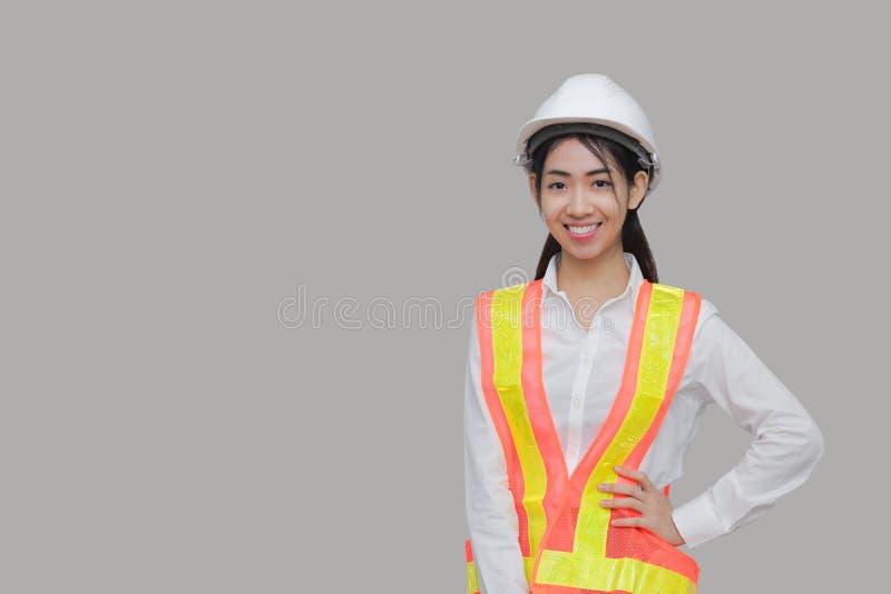 Het zekere de arbeider van de schoonheids Aziatische vrouw stellen op grijze geïsoleerde achtergrond stock afbeeldingen