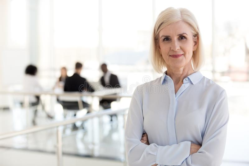 Het zekere de leider dame van het bedrijfsbusteam stellen in bureau, haven stock foto's