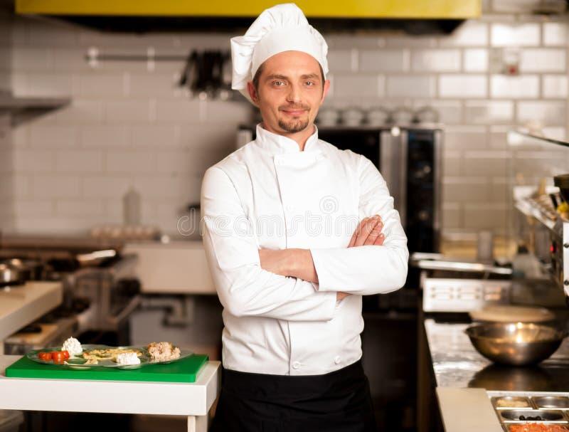 Het zekere jonge chef-kok stellen stock foto's