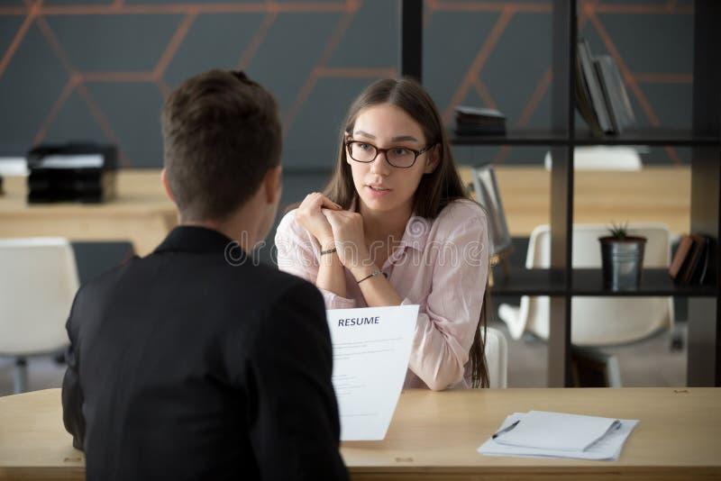 Het zekere millennial vrouwelijke aanvragende spreken bij baangesprek a royalty-vrije stock afbeeldingen