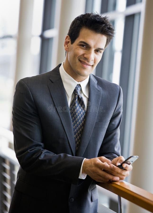Het zekere overseinen van de zakenmantekst op celtelefoon stock foto's