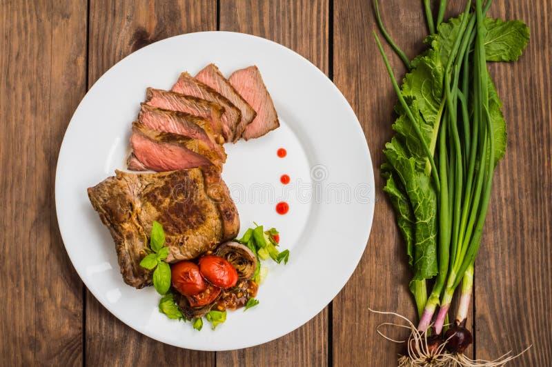 Het zeldzame die middel van het Rundvleeslapje vlees met barbecuesaus wordt geroosterd Houten lijst Hoogste mening Close-up royalty-vrije stock afbeelding