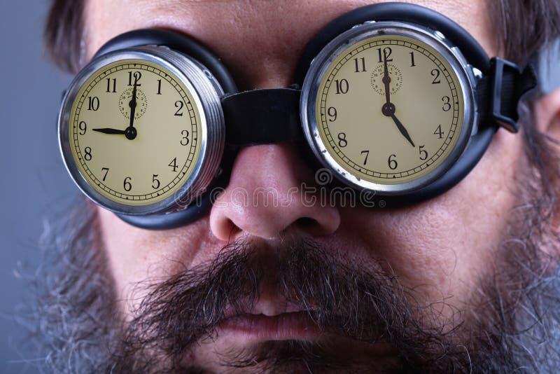 Het zetten op de verblindende beschermende brillen - mens met regelmatig baanconcept royalty-vrije stock foto's
