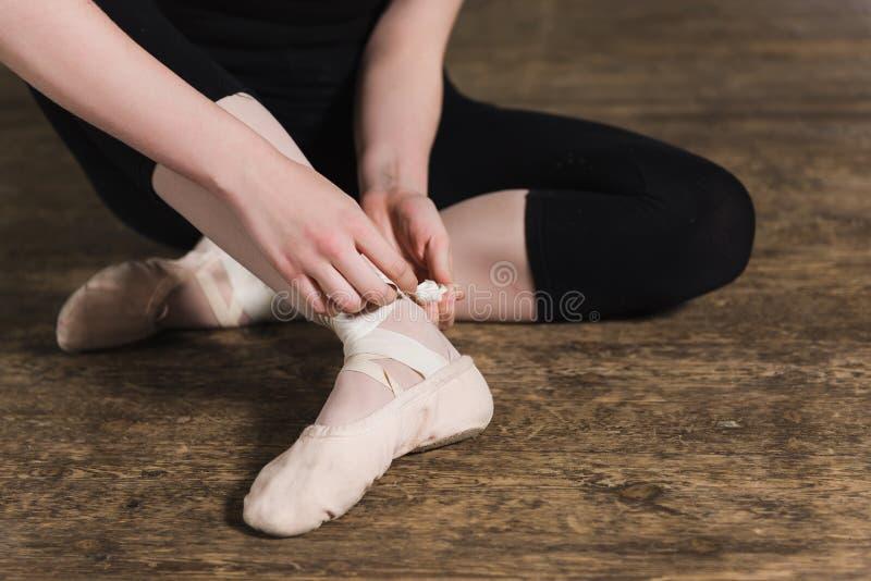 Het zetten van balletschoenen royalty-vrije stock afbeelding