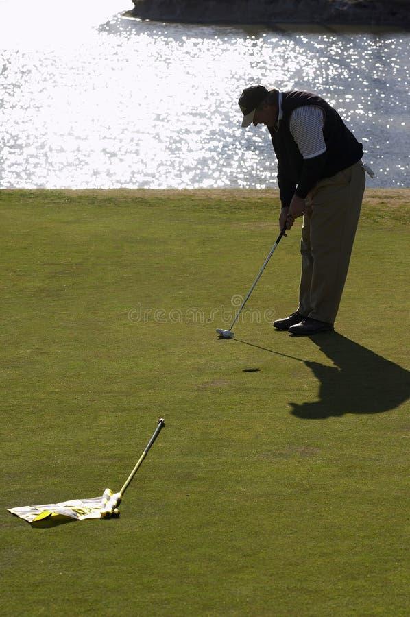 Het zetten van de golfspeler stock fotografie