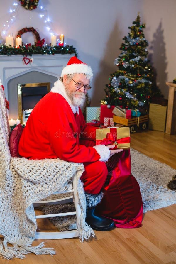 Het zetten van de Kerstman stelt in Kerstmiszak voor stock foto