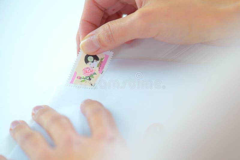 Het zetten van zegel op brief stock foto's